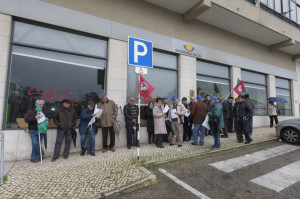 Protesto e luta dos reformados, pensionistas e idosos do concelho do Seixal em frente a Seguranca Social de Amora • 10 Fev 2015